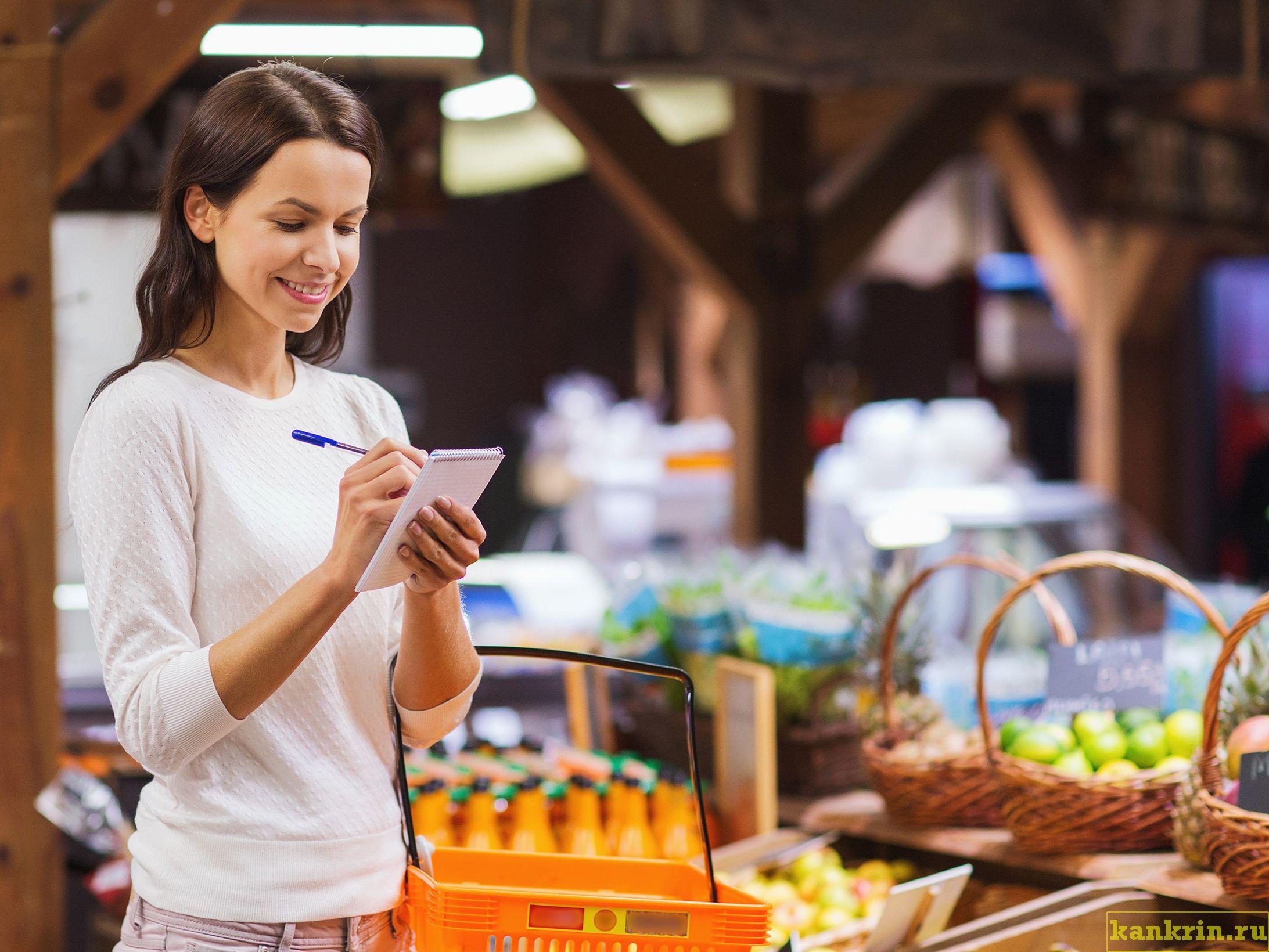 девушка в магазине экономит на еде по списку